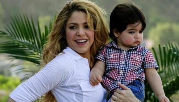 Así enseña a leer Shakira a Milan