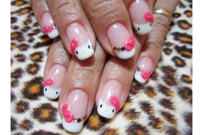 foto de uñas decoradas con estilo hello kitty con relieve de moños