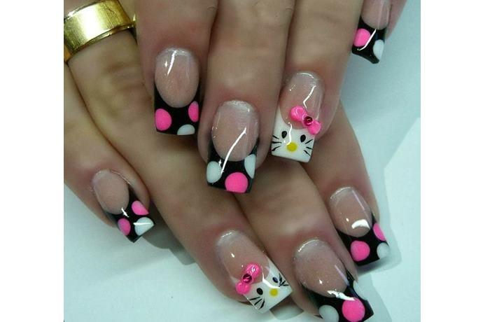 foto de uñas decoradas con estilo hello kitty negras con rosado