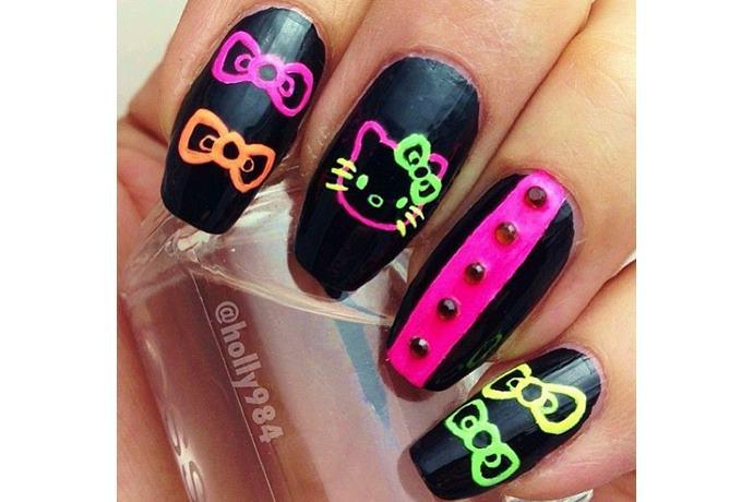 foto de uñas decoradas con estilo hello kitty estilo neon