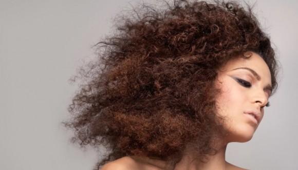 ¿Cómo peinar el pelo con frizz?