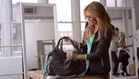 Qué carga Thalía en la cartera