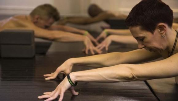 Practicarías yoga y en grupo pero desnuda