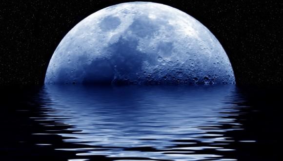 Foto de la luna reflejada en e agua