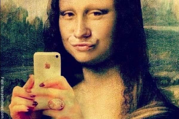 Imagen de la Monalisa haciéndose una selfie