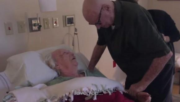 Abuelos demuestran su amor hasta la muerte (Video)