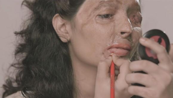Víctima de ataque con ácido sube tutoriales de maquillaje a Youtube