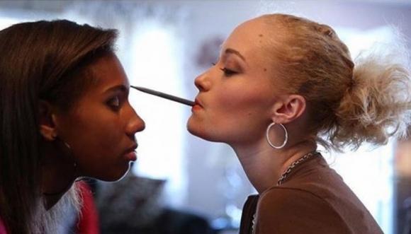 Maquilladora discapacitada trabaja con la boca (Video)