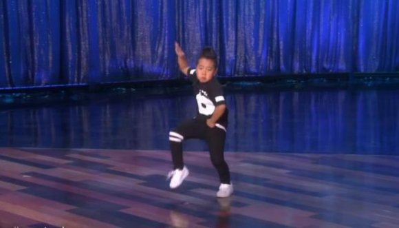 El bailarín de 8 años que tiene al mundo con la boca abierta
