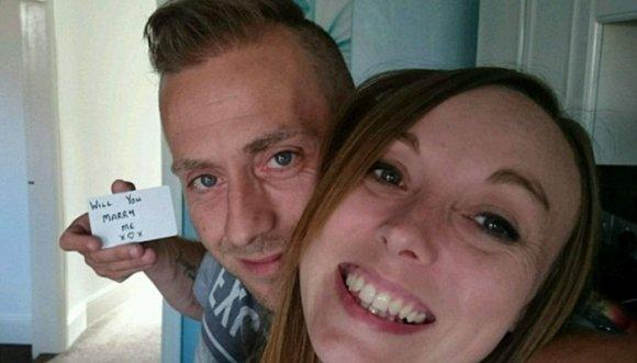 Propuso matrimonio con 150 selfis
