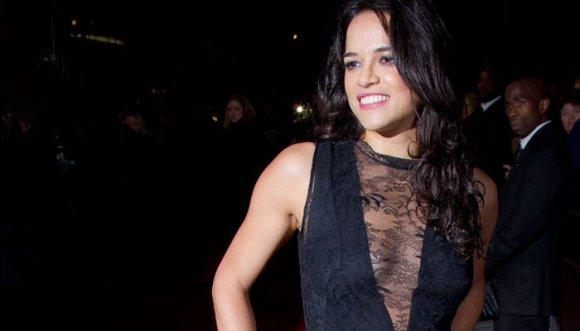 Michelle Rodríguez no se depiló las axilas en la playa
