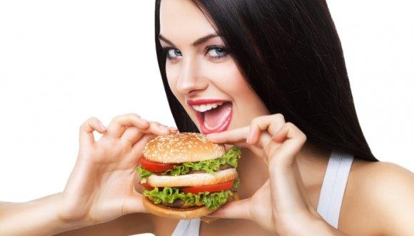 """Mujer dijo """"No más"""" y se comió una hamburguesa de 1 kilo"""