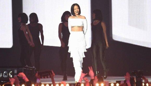 ¿Cómo combinar los pantalones con flecos de Rihanna?