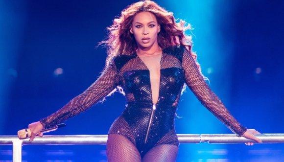 Beyoncé casi se cae mientras bailaba