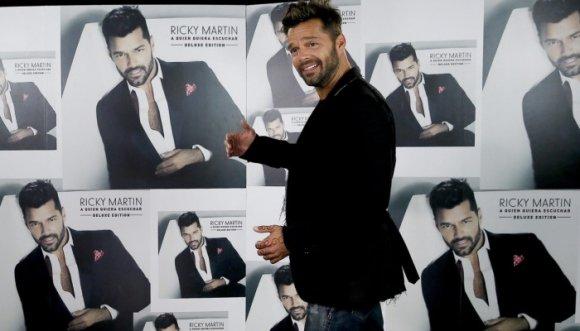 Fanáticas son desinfectadas para saludar a Ricky Martin
