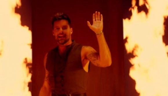 Ricky Martin pide perdón en medio del fuego (VIDEO)