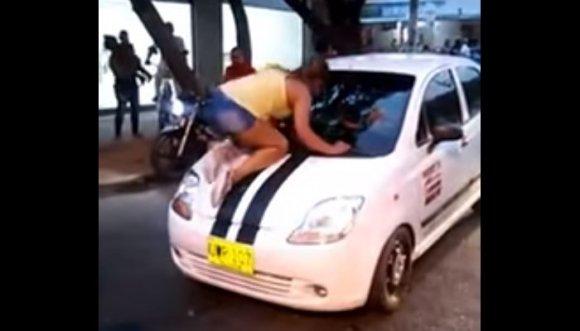 Baje esa p**** del carro recargado (Video)