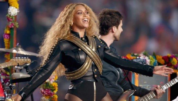 El significado de la ropa de Beyoncé en el Super Bowl