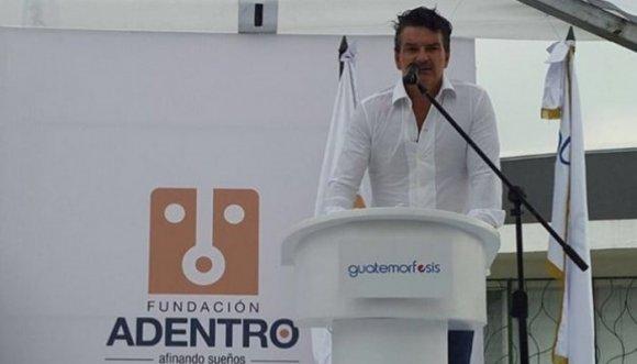 A Ricardo Arjona le tocó volver al colegio