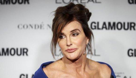 A Bruce Jenner se le olvidó que es una mujer y besó a su ex