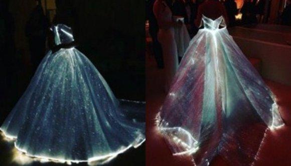 Actriz de 'Romeo y Julieta' brilla con luz propia... ¡Literalmente!