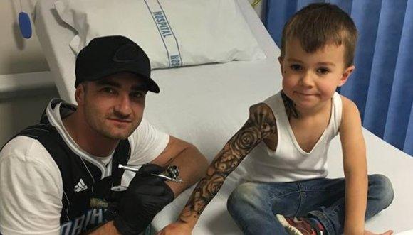 Artista hace tatuajes a niños por una buena razón
