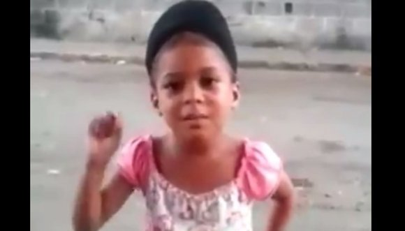 Así protesta esta niña de Venezuela (VIDEO)