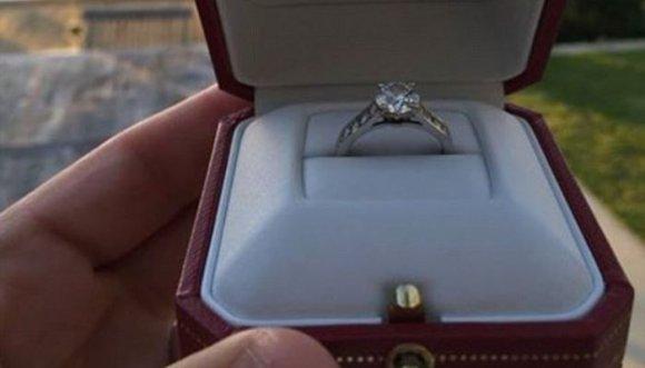La pilló con otro y ahora vende su anillo de compromiso