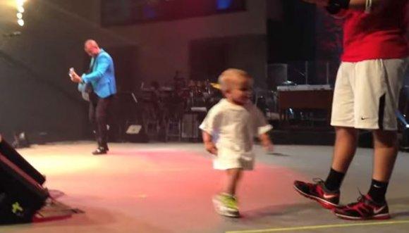 Bebé le robó el show a su papá
