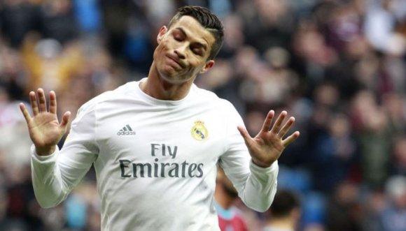 Cristiano Ronaldo empujó a uno de sus fanáticos (Video)