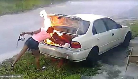 Mujer se quería vengar y quemó el auto equivocado (Video)