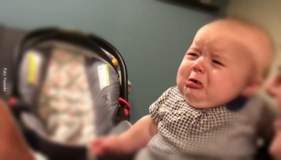 Bebé llora al ver un beso entre sus padres (Video)