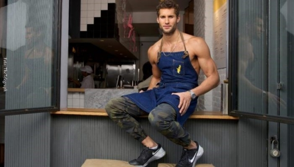 "Aprende a cocinar con este Chef ""semi desnudo"" (Video)"