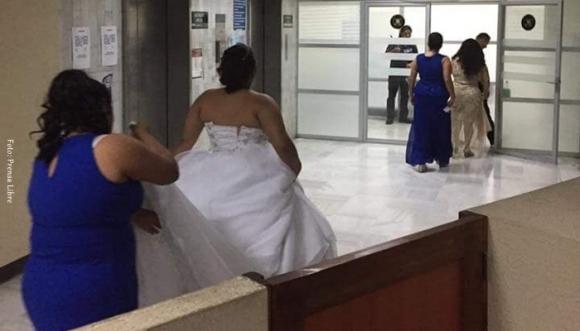 Vestida de novia fue a buscar a su novio detenido… para casarse