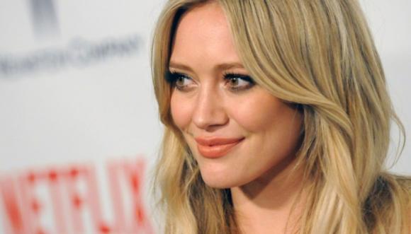 Hilary Duff desata polémica por besar a su hijo (Fotos)