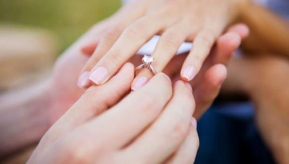 Ella aceptó un anillo de compromiso barato y la vendedora la criticó