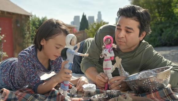 Los hombres también juegan con muñecas (Video)