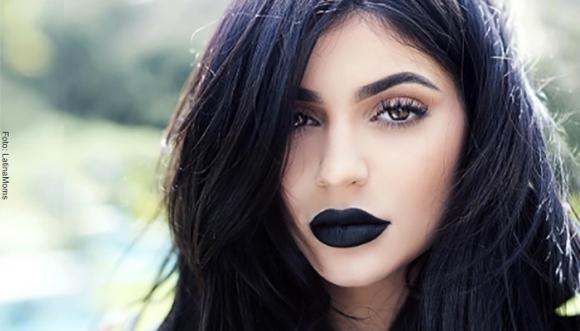 Luce sexy con unos labios oscuros
