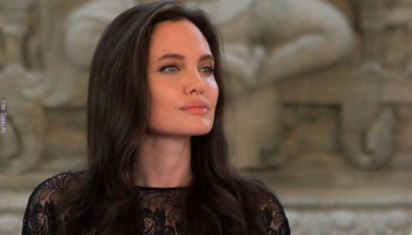 Angelina le enseña a sus hijos a comer… arañas (Video)