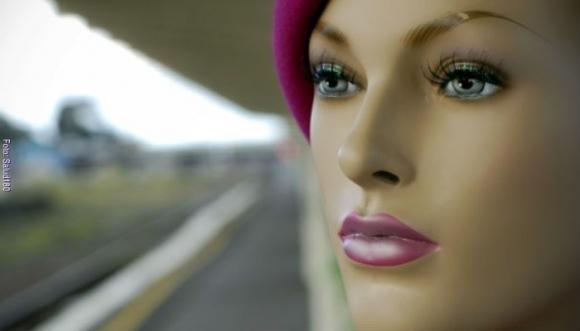 Insólito: Chica plástica hace feliz a un hombre de verdad