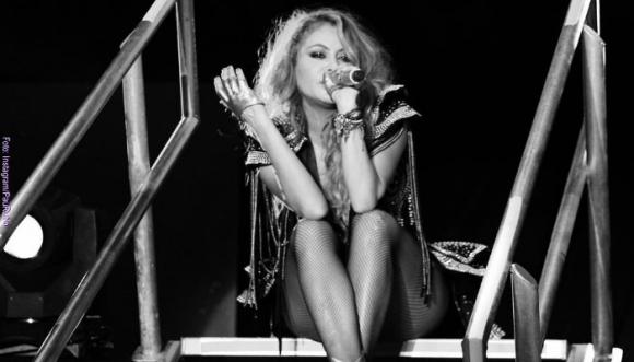 Mira el costalazo de Paulina Rubio en un concierto