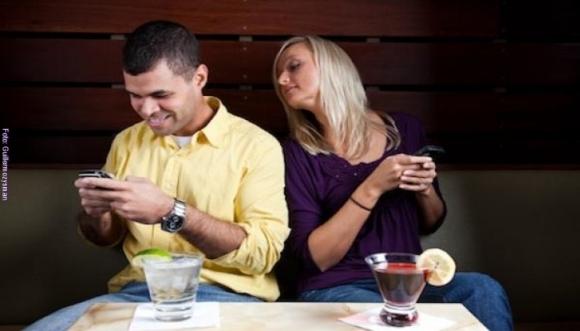 ¿Tu pareja revisa tu teléfono?