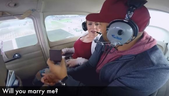 Le propuso matrimonio y vomitó sobre ella (Video)