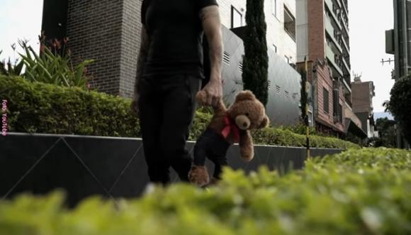 Con canciones un hombre implora por ver a su hija (Video)