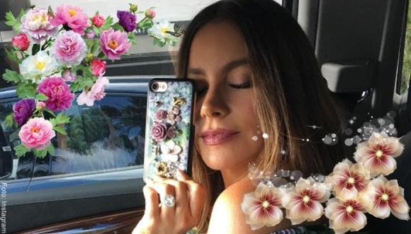 A Sofía Vergara le llueven flores sobre sus vestidos