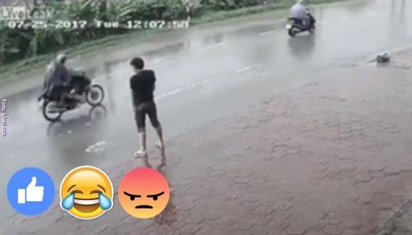 El Karma lo castigo por orinar en la calle