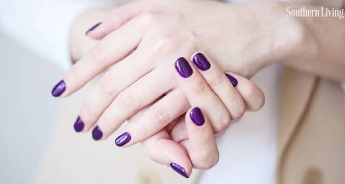 Foto de uñas con esmalte morado