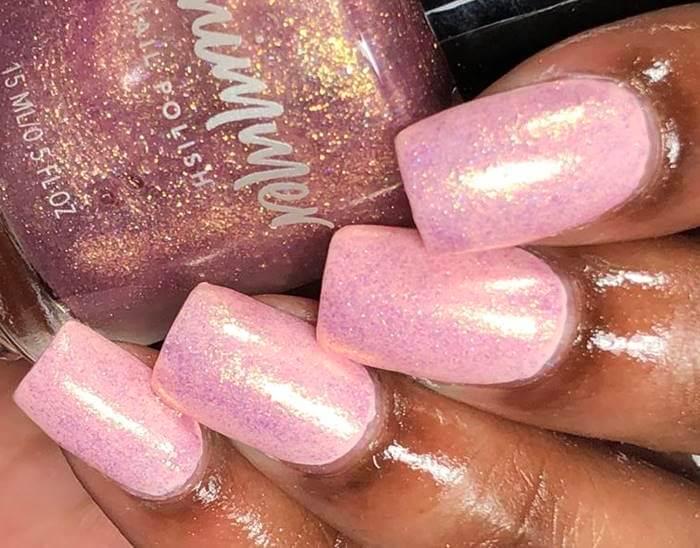 Foto de uñas con esmalte rosa