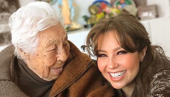 Thalía celebró los 100 años de su abuela, ¿disfrazada?