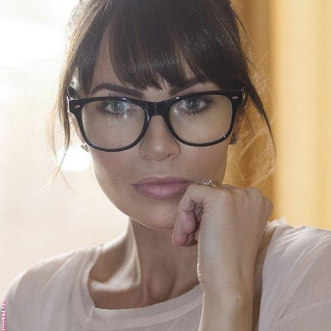 """dc3aaa7f23 Las gafas suelen hacer que los ojos parezcan más pequeños, creando ese  popular efecto de """"ojos de topo"""" que es tan poco sexy."""